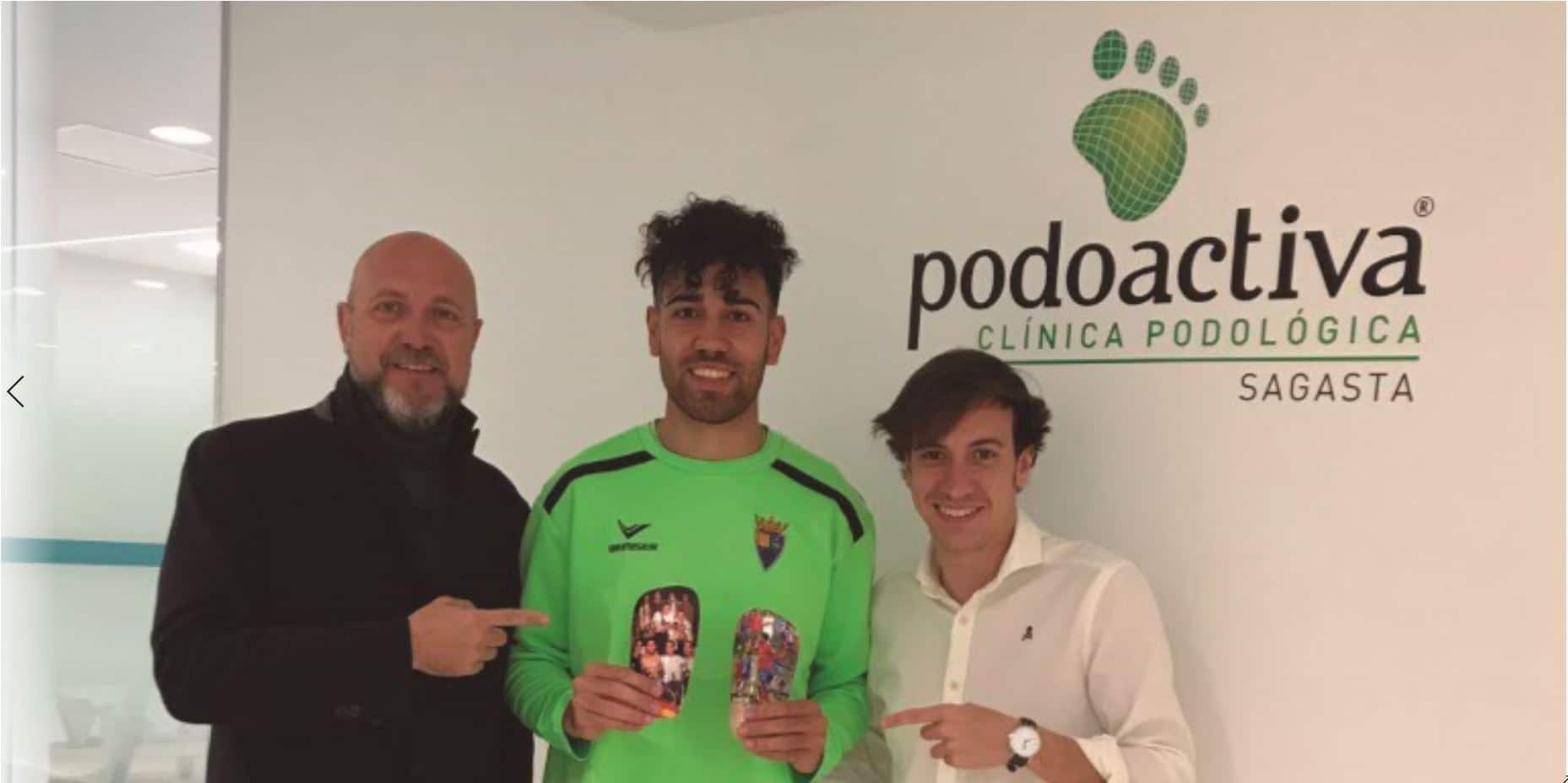 El delantero del Club Deportivo Teruel Cristian Dieste recoge sus espinilleras Carbon Protection